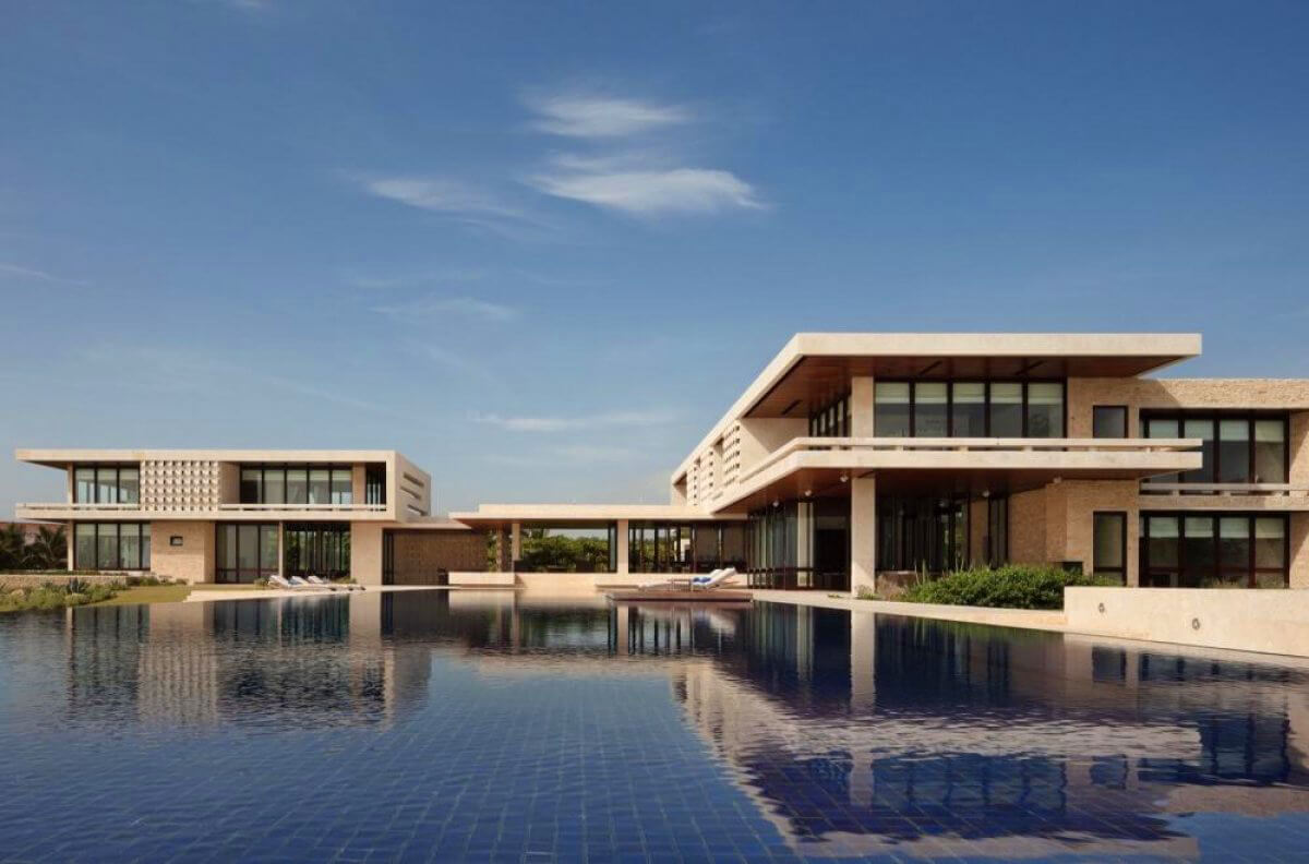 Sleek lines and an endless infinity pool at Casa Kimball