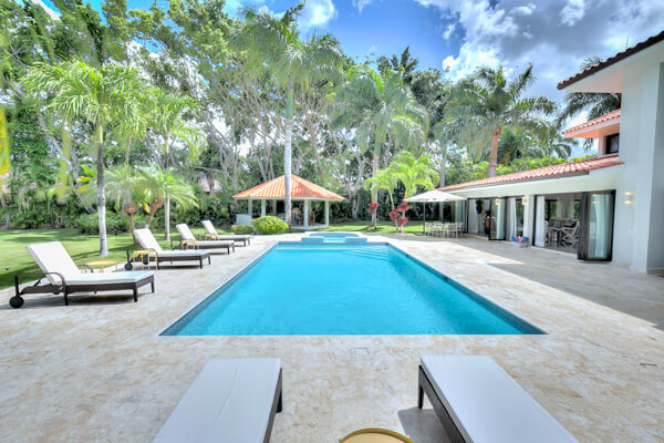 Limones is located near Minitas Beach and has a great pool