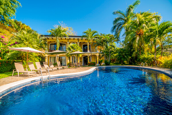 Casa Patron Villa is located just above Colina