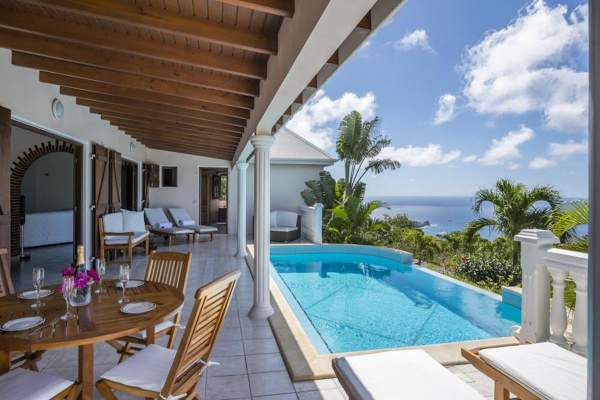 Cocktails on the covered patio or a dip in the infinity pool are both great options at Sunrock Villa