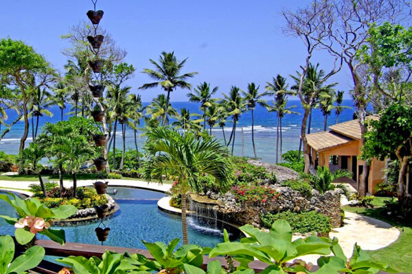 The luxurious resort like pool is just steps away from the ocean at Flor de Cabrera