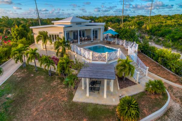 Sweet Return Villa is located near the golf course and Rendezvous Bay