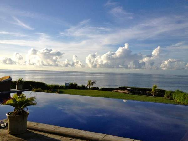 The pool meets the ocean at Fushi Villa