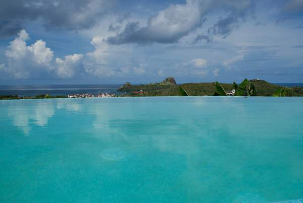 Amazing infinity edge pool at Villa Chloesa